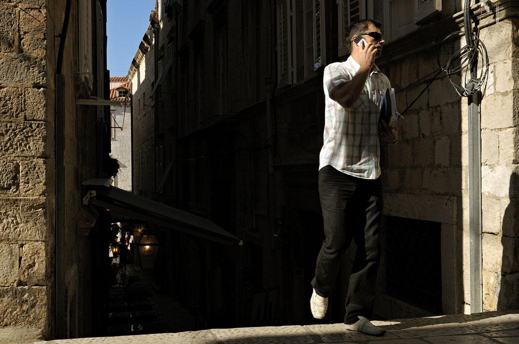 Jeune homme avec un téléphone mobile à Dubrovnik, Croatie