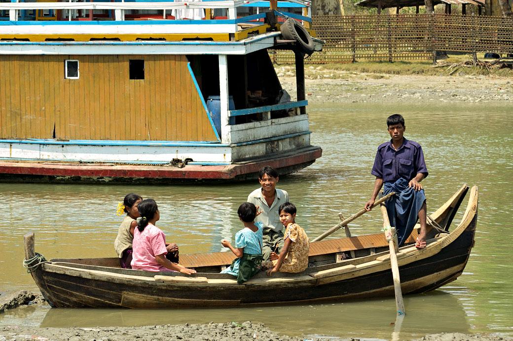Famille sur une barque à Sittwe, Birmanie