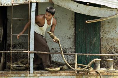 Matelot sur un vieux navire à Sittwe, Birmanie