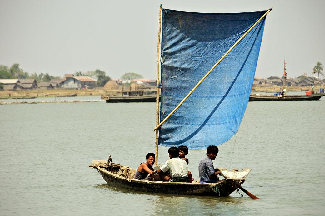 Petit bateau à voile bleue à Sittwe, Birmanie