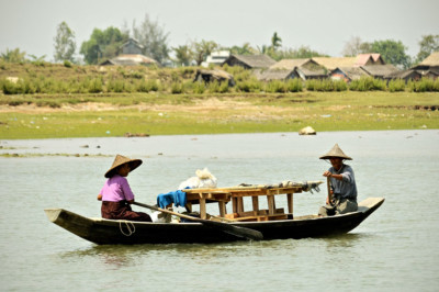 Couple sur une barque à Sittwe, Birmanie