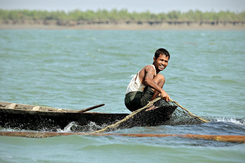 Pêcheur souriant avec son filet à Sittwe, Birmanie