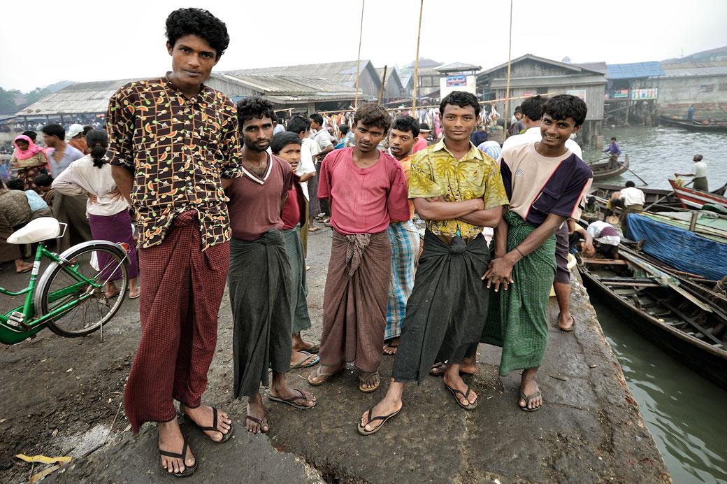 Groupe d'hommes au marché aux poissons de Sittwe, Birmanie