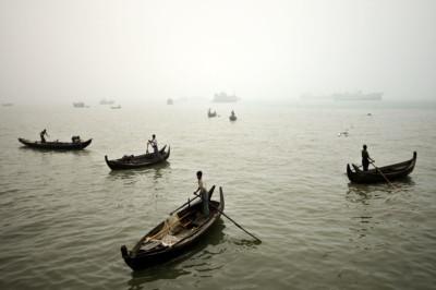 Barques de pêcheurs dans la brume de Sittwe, Birmanie