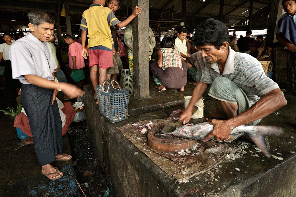 Client et poissonnier au marché aux poissons de Sittwe, Birmanie