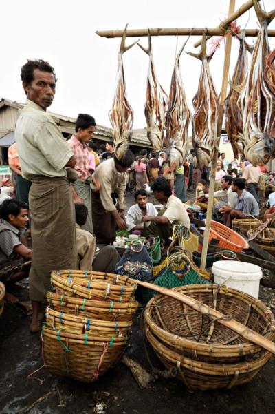 Paniers et poissons au marché de Sittwe, Birmanie