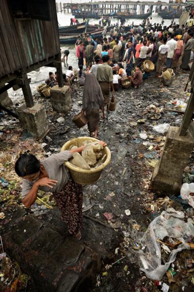Ordures au marché aux poissons de Sittwe, Birmanie