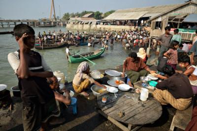 Repas au marché aux poissons de Sittwe, Birmanie