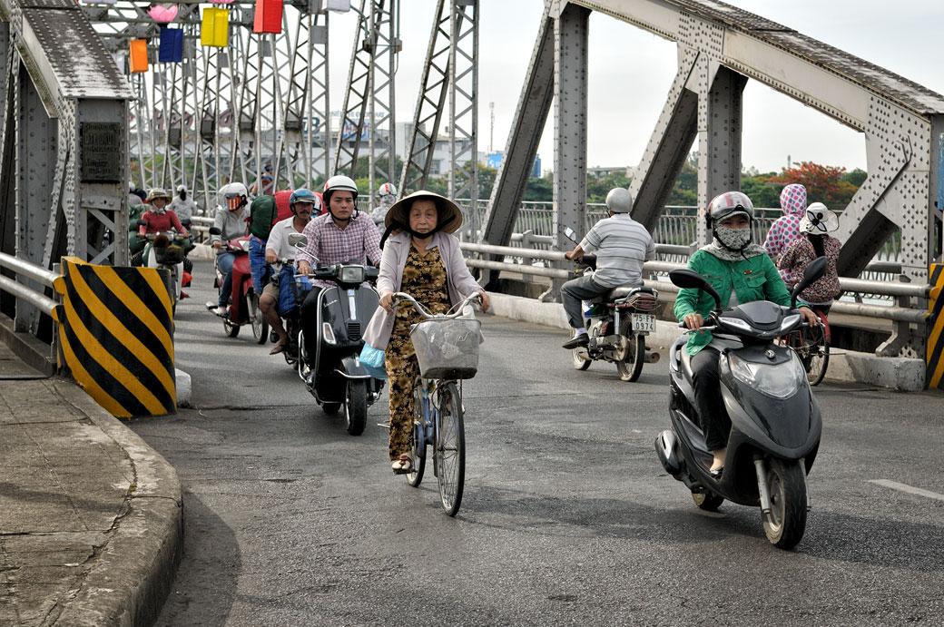 Deux-roues sur le pont Trang Tien à Hué, Vietnam