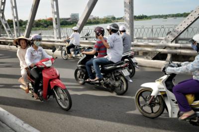 Scooters sur le pont Trang Tien à Hué, Vietnam