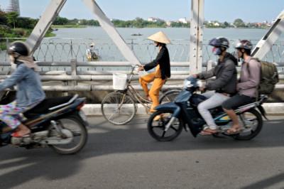 Vélo et scooters sur le pont Trang Tien à Hué, Vietnam