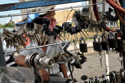 Clés, cadenas et serrures au marché de Dong Ba de Hué, Vietnam