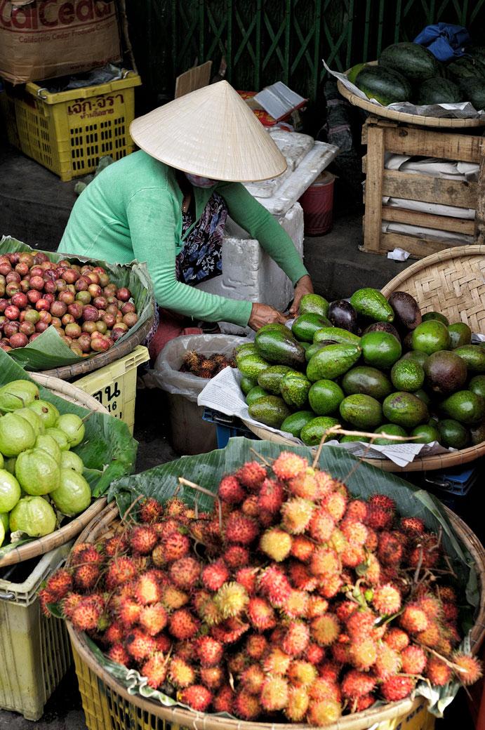 Vendeuse de fruits au marché de Dong Ba à Hué, Vietnam