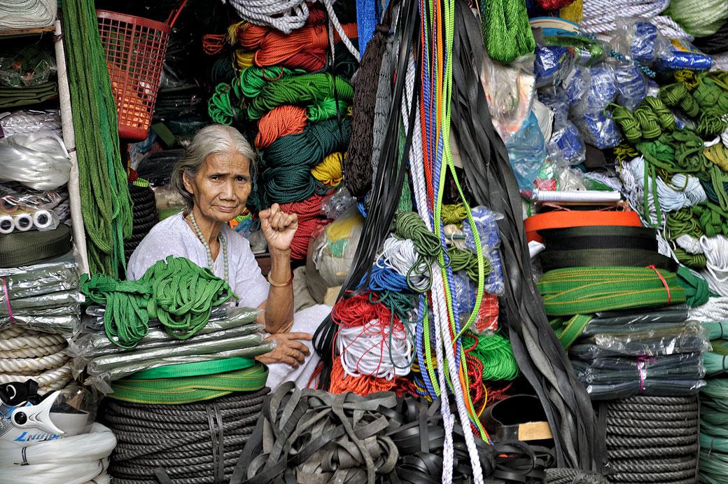 Vendeuse de cordes au marché de Dong Ba à Hué, Vietnam