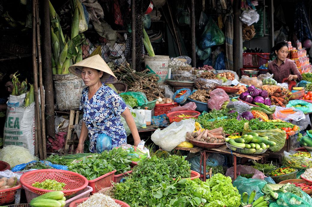 Vendeuse de légumes au marché de Dong Ba à Hué, Vietnam