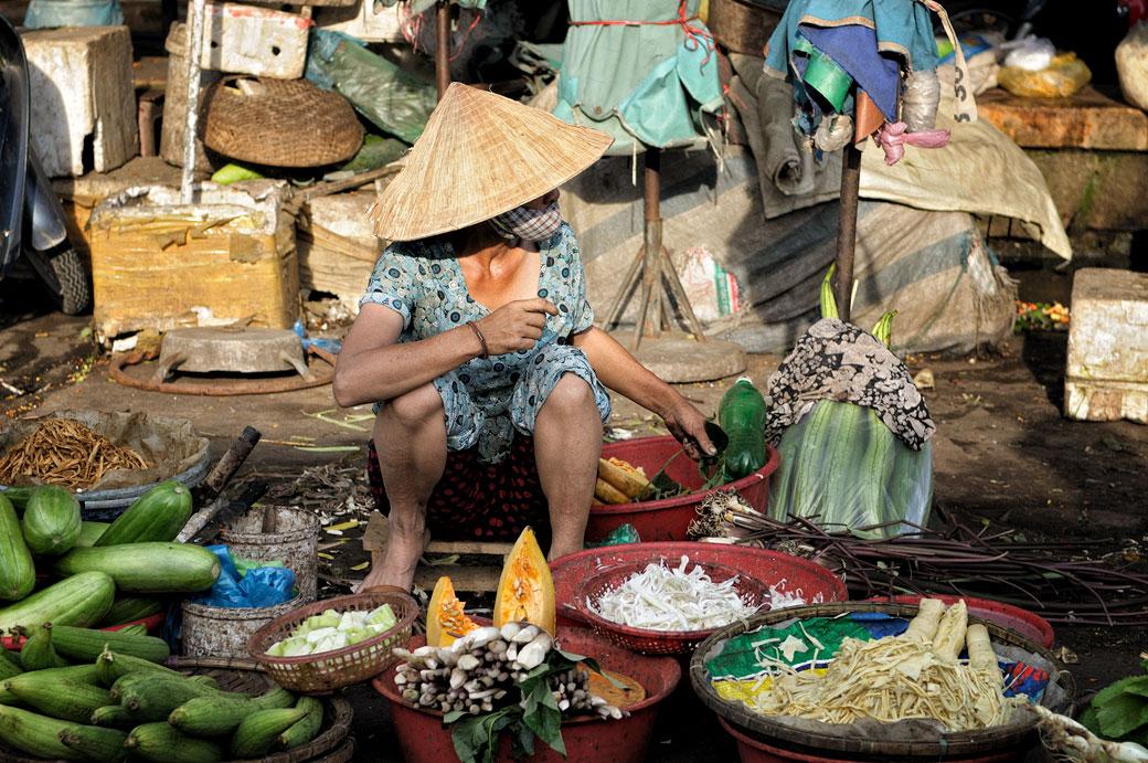 Vendeuse de légumes de rue au marché de Dong Ba à Hué, Vietnam