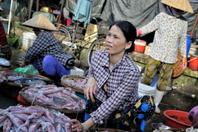 Vendeuse de poissons au marché de Dong Ba à Hué, Vietnam