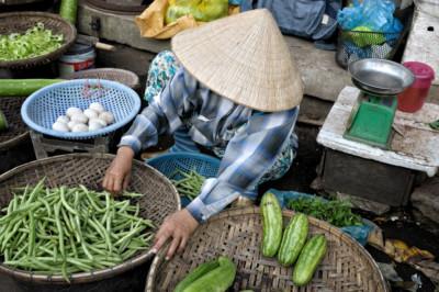 Vendeuse de rue au marché de Dong Ba à Hué, Vietnam