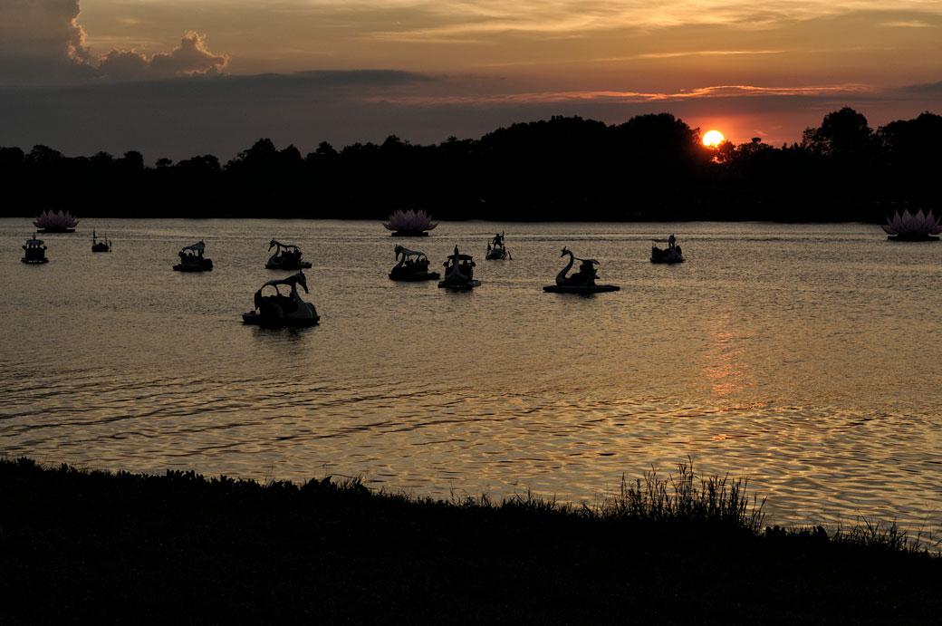 Rivière des parfums au coucher du soleil à Hué, Vietnam