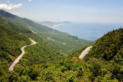 Route sur le col de Hai Van entre Hué et Da Nang, Vietnam