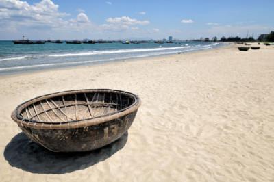 Bateau panier sur la plage de My Khe à Da Nang, Vietnam