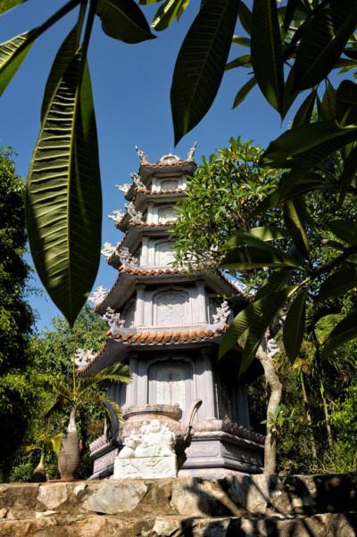 Pagode au milieu de la végétation aux Montagnes de Marbre, Vietnam