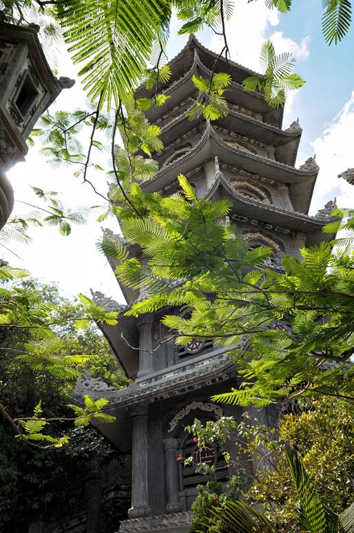 Pagode et végétation aux Montagnes de Marbre près de Da Nang