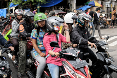 Jeunes gens en scooters à Yogyakarta, Indonésie
