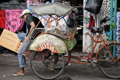 Homme et son cyclo-pousse à Yogyakarta, Indonésie