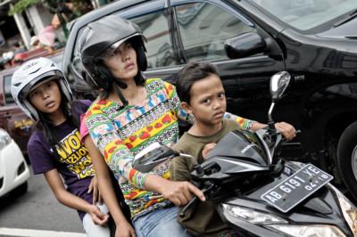 Femme et enfants sur un scooter à Yogyakarta, Indonésie