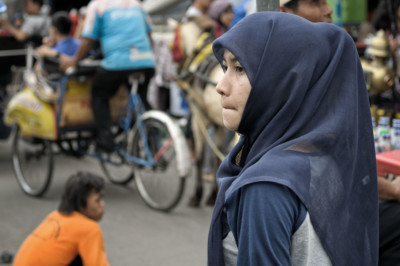 Femme voilée dans une rue de Yogyakarta, Indonésie
