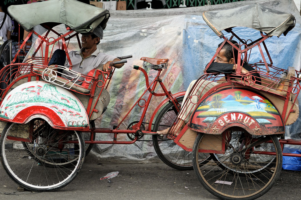 Cyclo-pousses en attente de clients à Yogyakarta, Indonésie