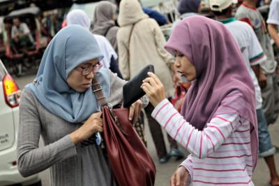 Deux jeunes femmes dans la rue à Yogyakarta, Indonésie