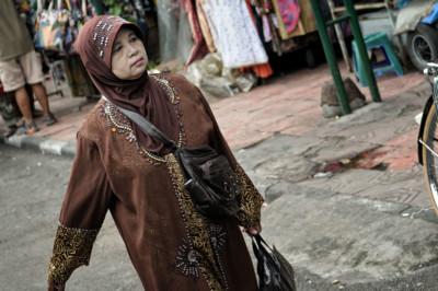 Femme voilée élégante dans la rue à Yogyakarta, Indonésie