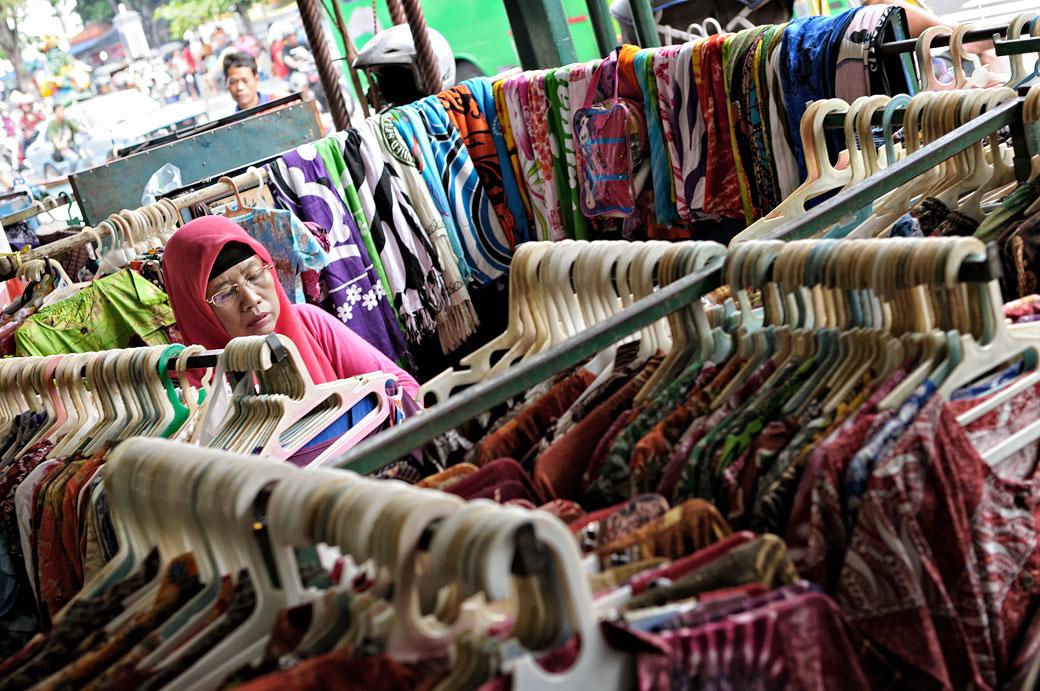 Vendeuse de vêtements dans son magasin à Yogyakarta, Indonésie