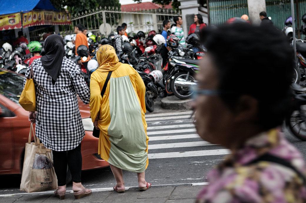 Femmes qui veulent traverser la route à Yogyakarta, Indonésie