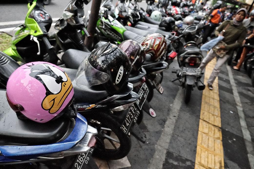 Casque Daffy Duck et motos à Yogyakarta, Indonésie