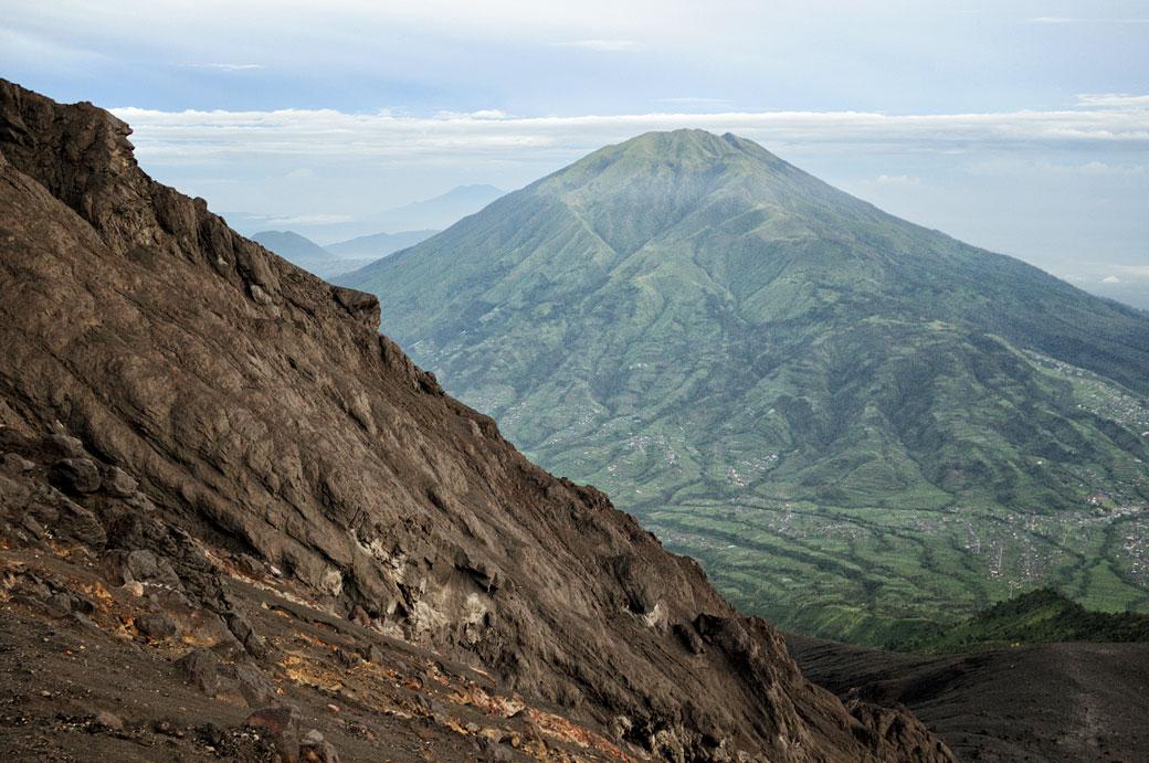 Volcan Merbabu depuis les pentes du Merapi, Indonésie