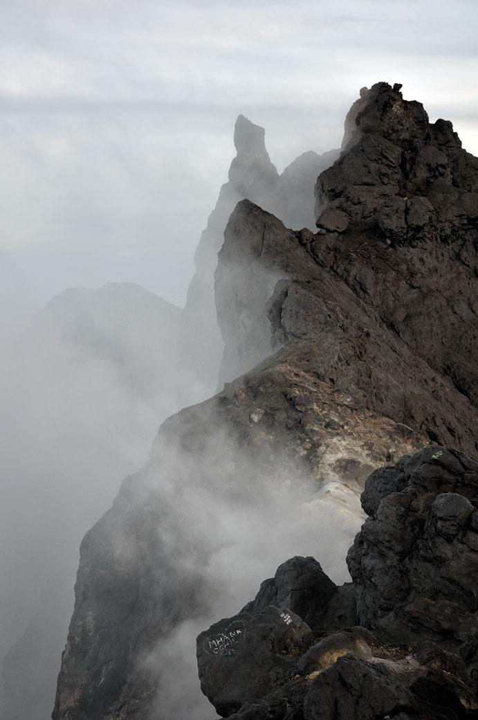 Nuages au sommet du volcan Merapi, Indonésie
