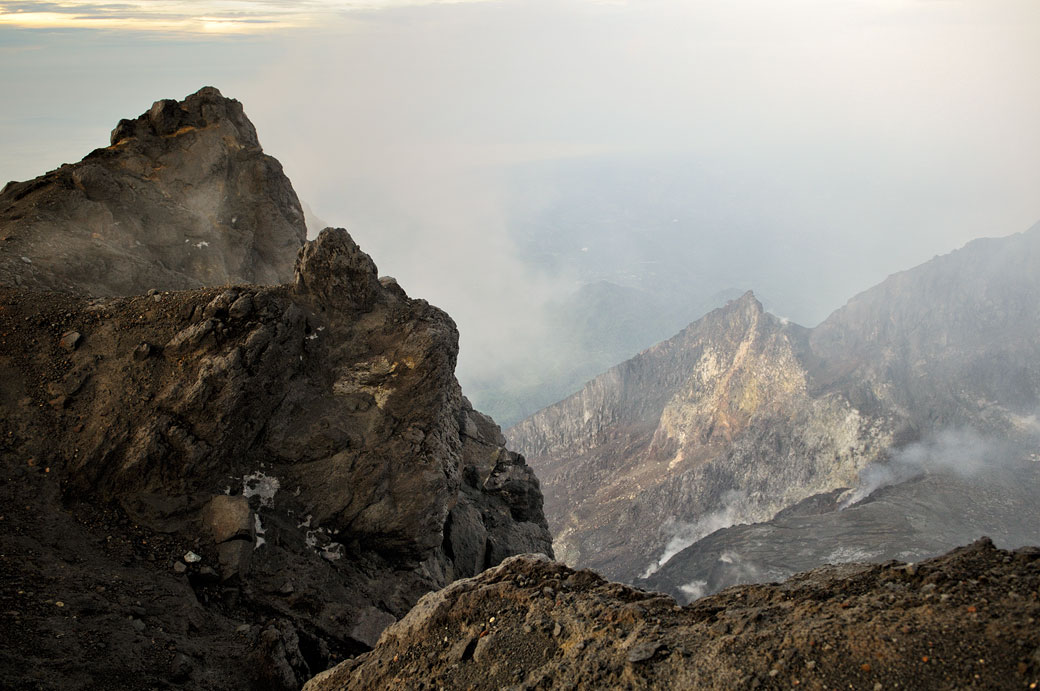Nuages et fumée au sommet du volcan Merapi, Indonésie