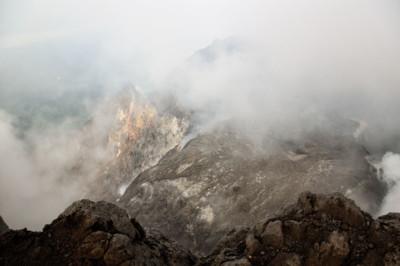 Fumée au sommet du volcan Merapi, Indonésie