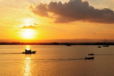 Bateaux au coucher du soleil dans la baie de Syracuse, Italie