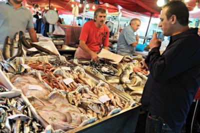 Client et poissonniers à la Pescheria de Catane en Sicile, Italie
