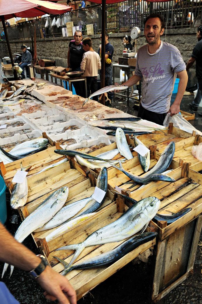 Étal de poissons à la Pescheria de Catane en Sicile, Italie