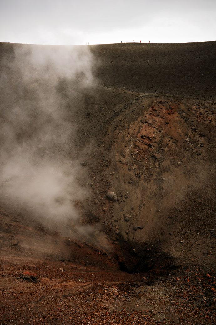 Fumerolles et visiteurs sur l'Etna en Sicile, Italie