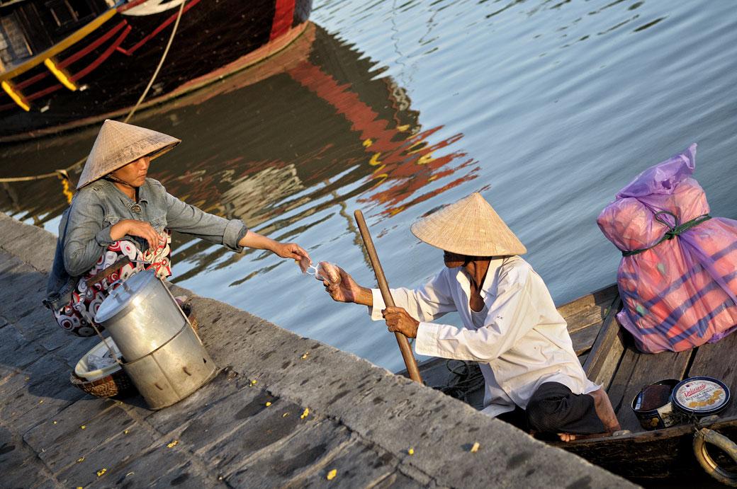 Transaction sur les berges de la rivière Thu Bon à Hoi An, Vietnam