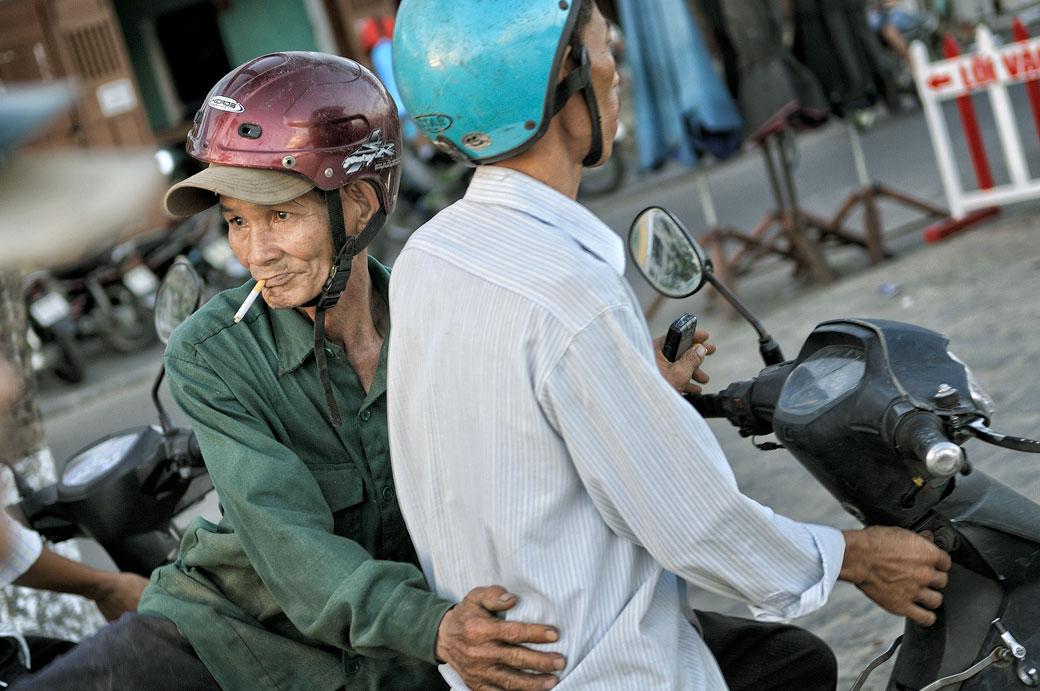 Deux hommes sur un scooter à Hoi An, Vietnam