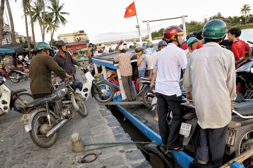 Passagers et motards qui embarquent sur un ferry à Hoi An