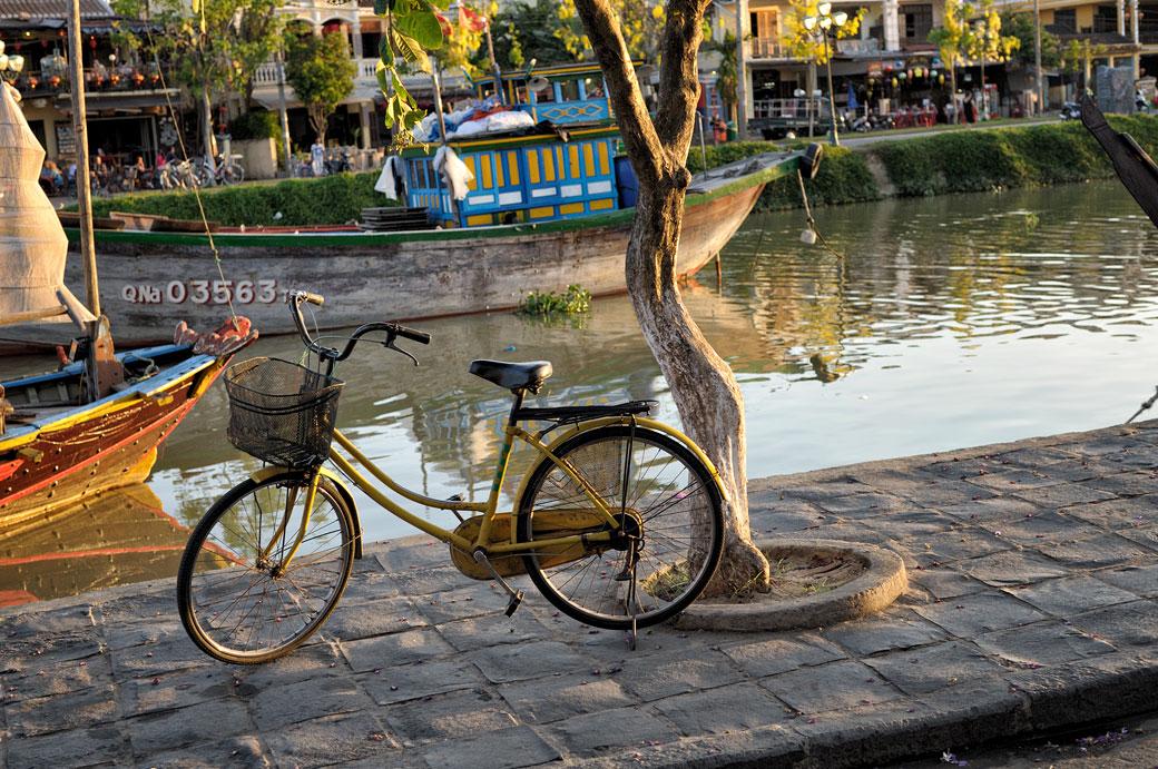 Vélo sur la berge de la rivière Thu Bon à Hoi An, Vietnam