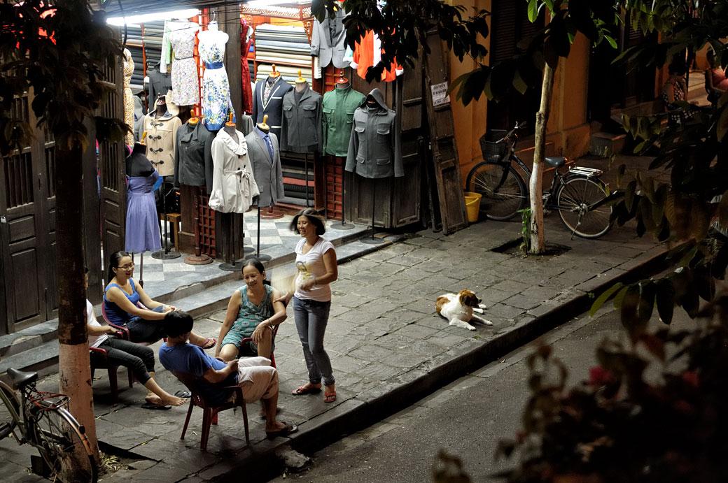 Famille de tailleurs dans la rue à Hoi An, Vietnam